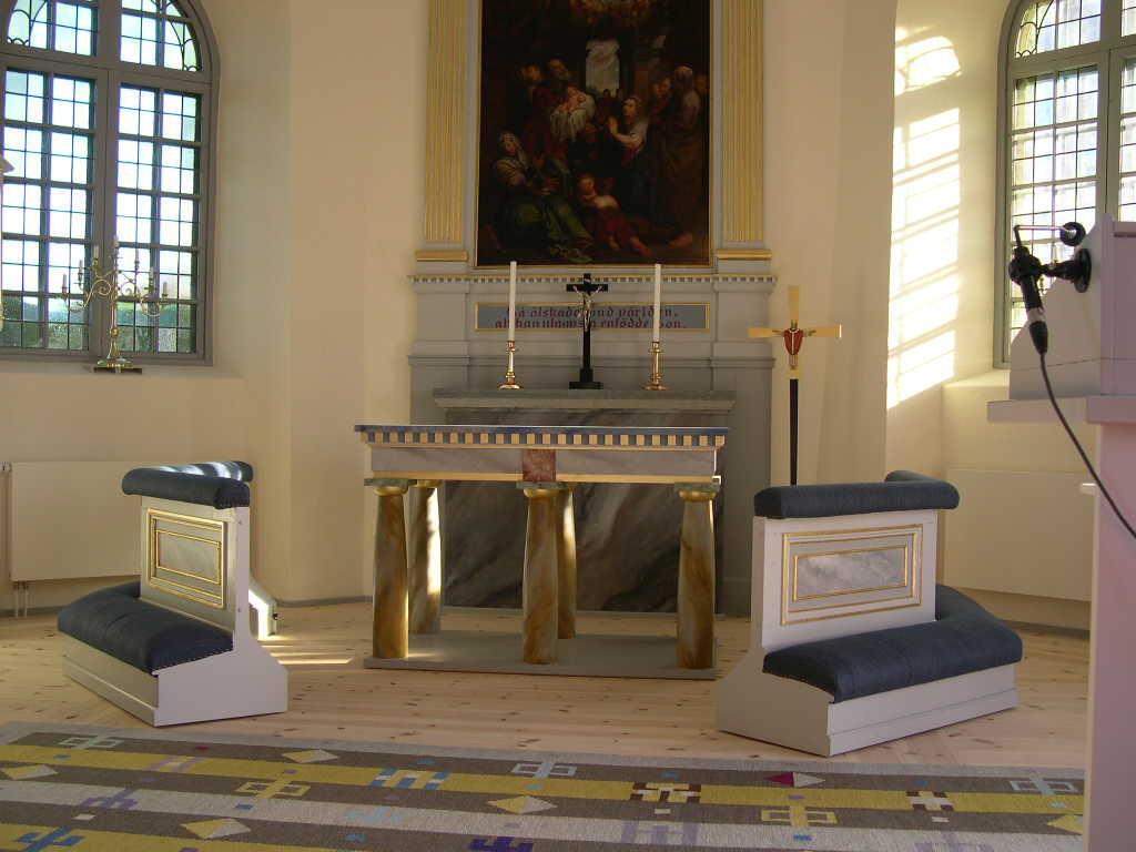 Timmersdala kyrka, altare och knäfall