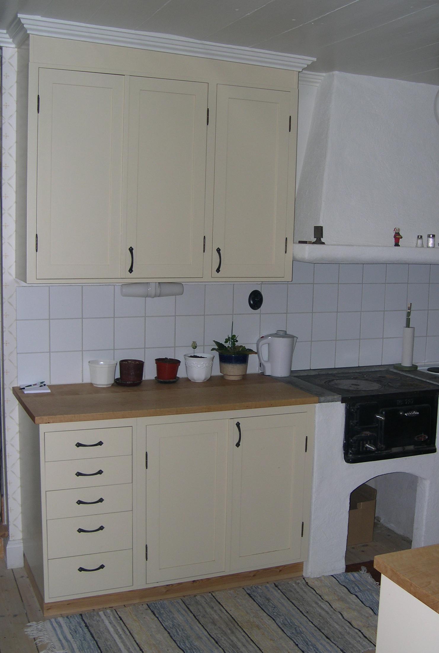 Kronogården kök, enkel ramlucka, bänk i björk
